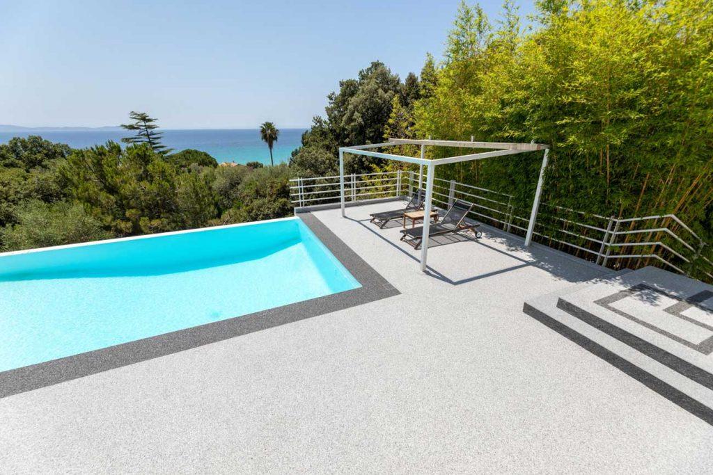 plage de piscine moquette de pierre corse