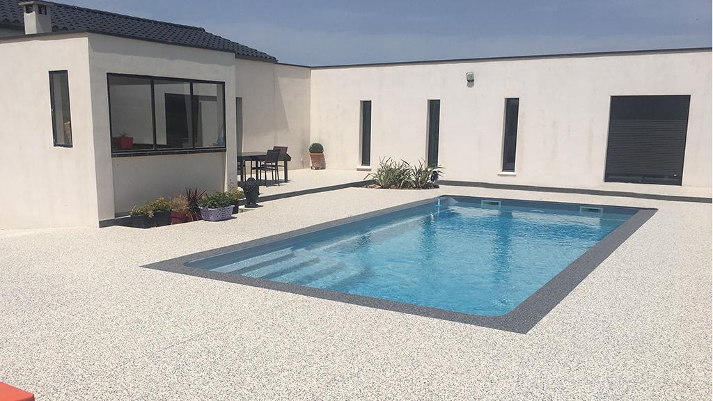 Une plage de piscine au design moderne et épuré en revêtement