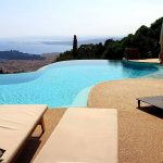 L'esthétisme du minéral pour cette plage de piscine dans le sud de la France